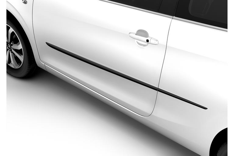 Set of side protection strips for front doors and rear wings